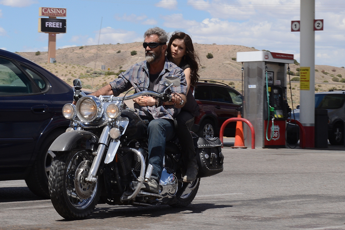 Mel Gibson y Erin Moriarty en Blood Father
