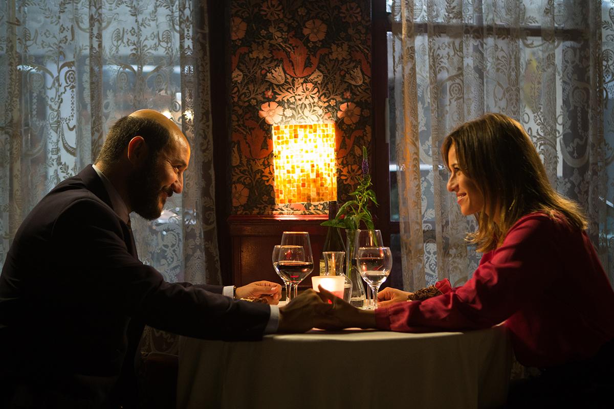 Carlos Santos y Marta Etura en El hombre de las mil caras