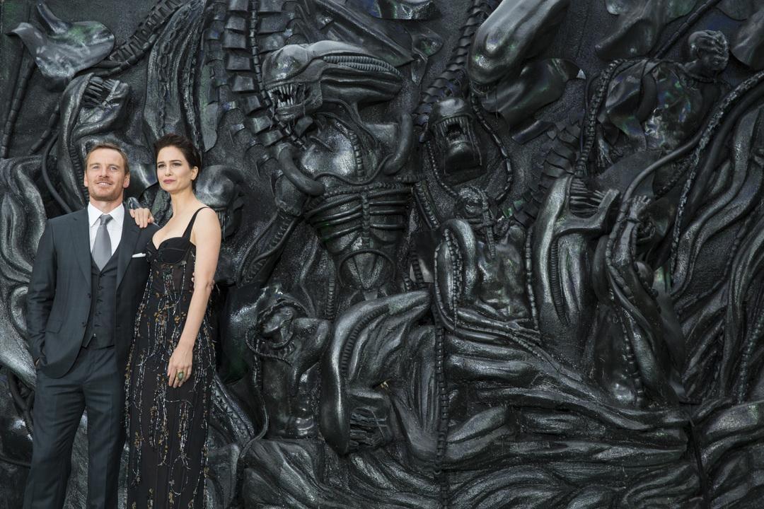 Michael Fassbender y Katherine Waterston en la premier de Alien: Covenant en Londres
