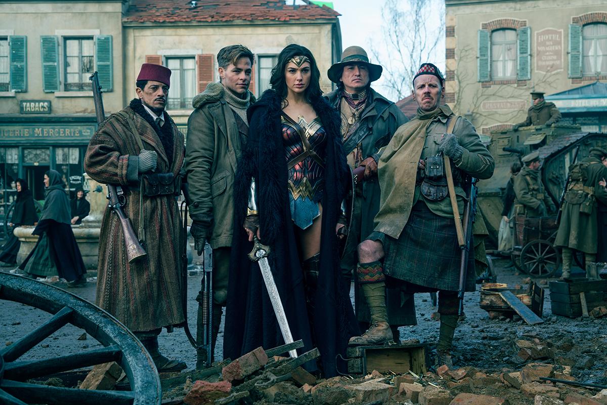 Said Taghmaoui, Chris Pine, Gal Gadot, Eugene Brave Rock y Ewen Bremner en Wonder Woman