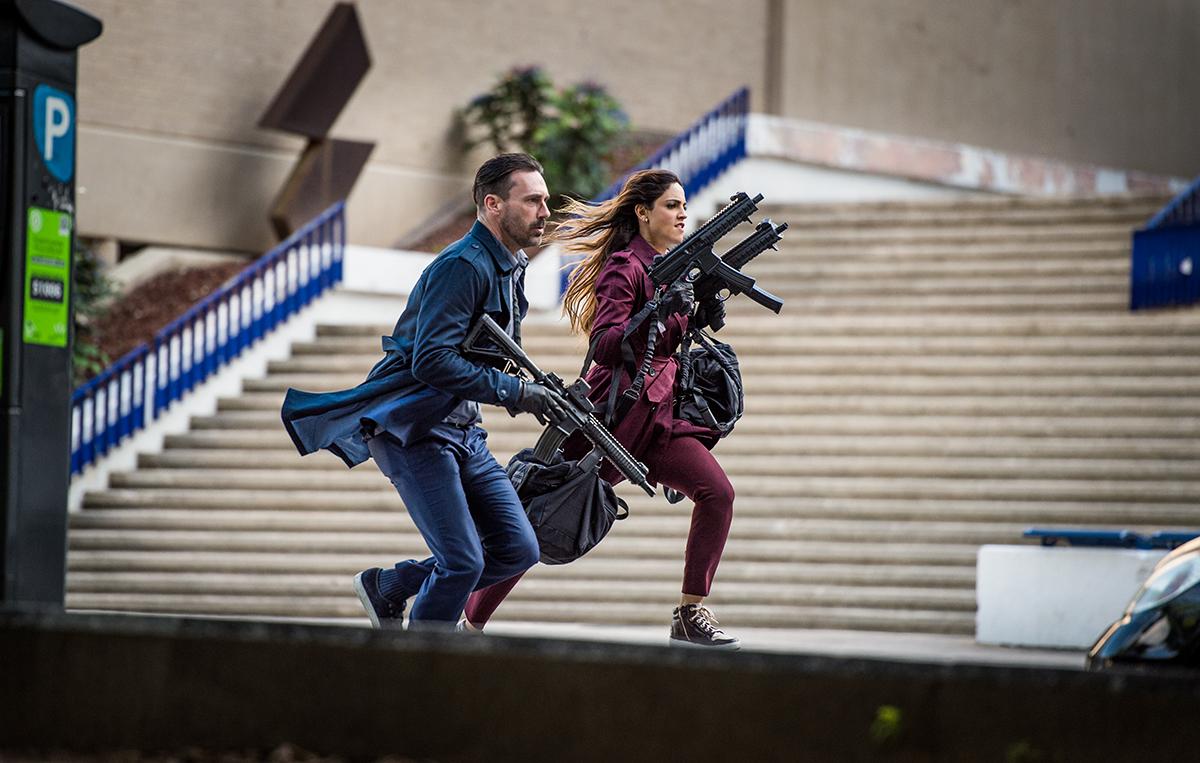 Jon Hamm y Eiza González en Baby Driver