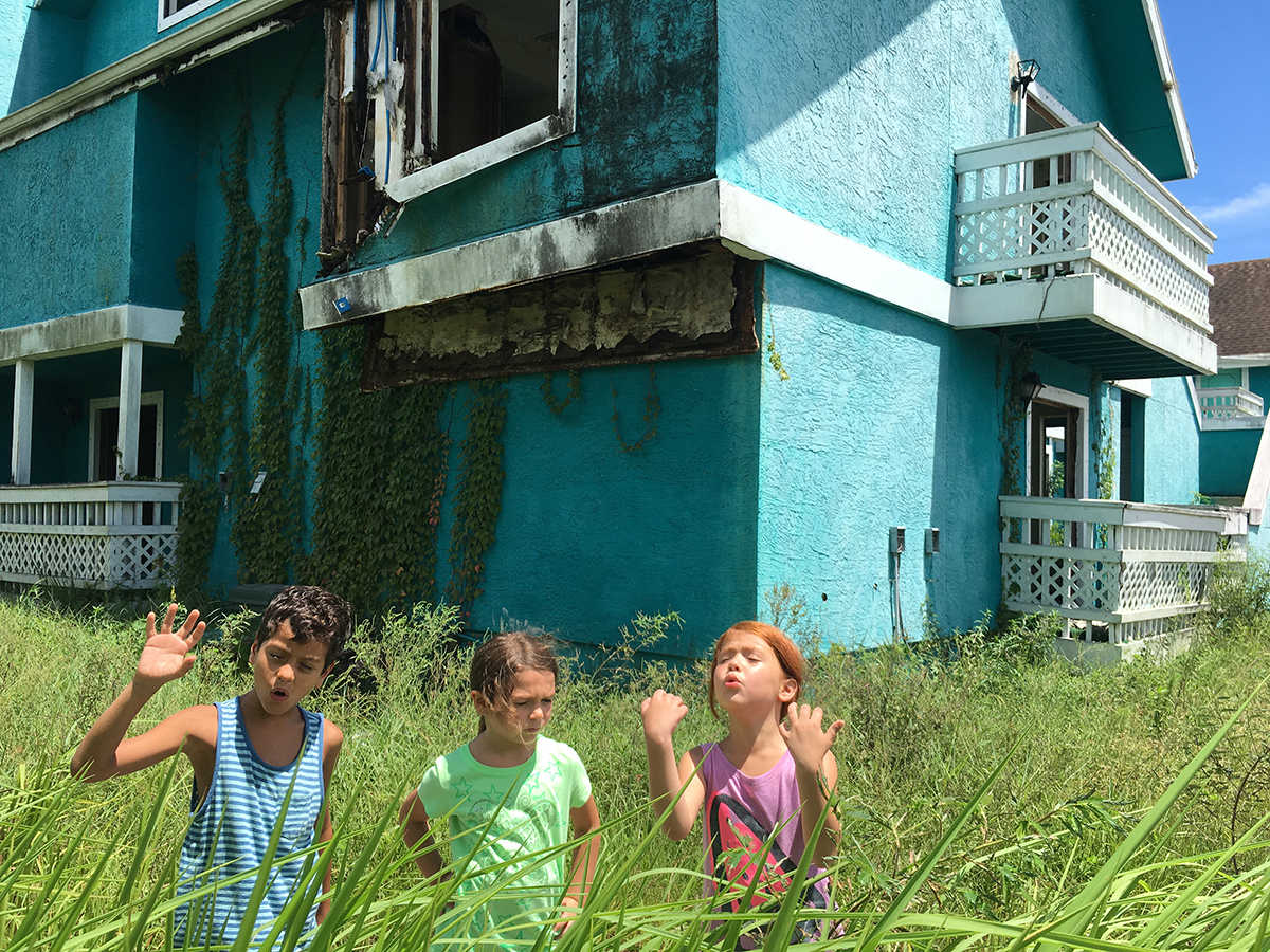 Christopher Rivera, Brooklynn Prince y Valeria Cott en The florida project