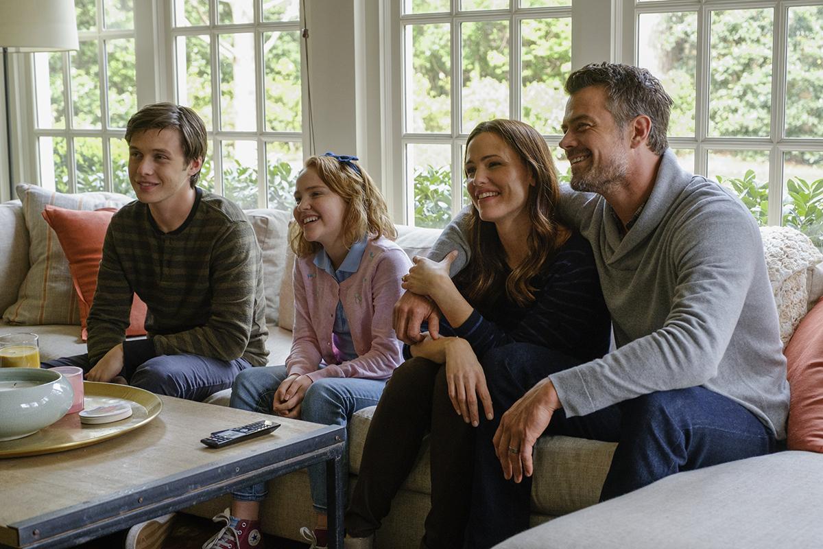 Nick Robinson, Talitha Eliana Bateman, Jennifer Garner, Josh Duhamel en Con amor, Simon