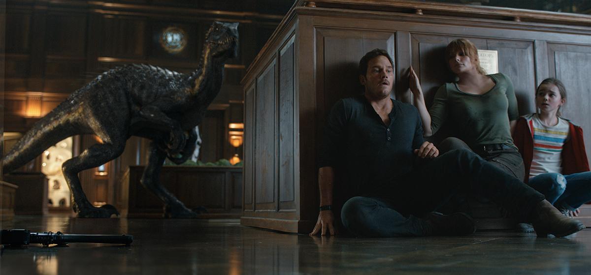 Chris Pratt, Bryce Dallas Howard e Isabella Sermon en Jurassic World: El reino caído
