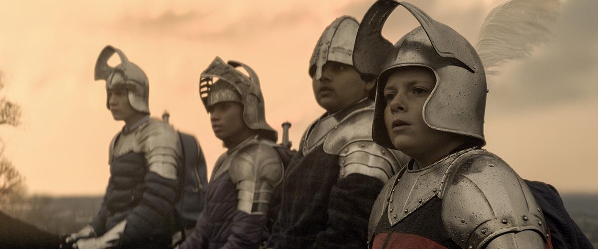 Tom Taylor, Rhianna Dorris,, Dean Chaumoo, Louis Ashbourne Serkis en El niño que pudo ser Rey