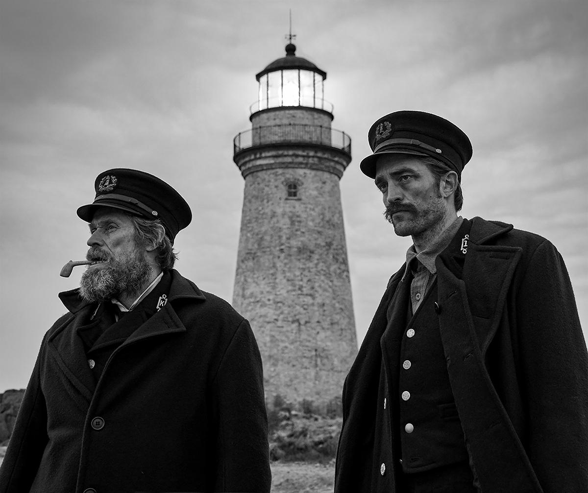 Willem Dafoe y Robert Pattinson en El faro