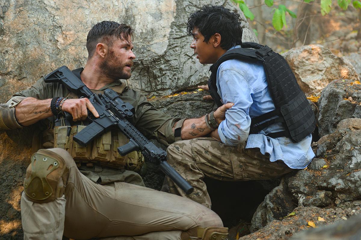 Chris Hemsworth y Rudhraksh Jaiswal en Tyler Rake